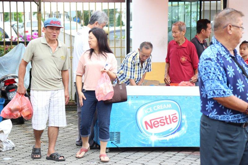 义卖会冰淇淋摊位。