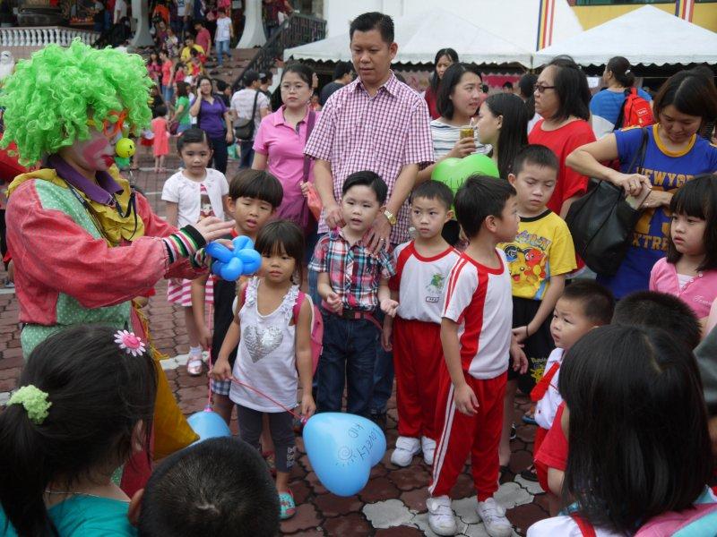 小丑送气球助兴。