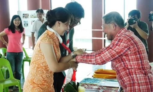 林钰堂上师将红白曼达缠绕住新人双手。