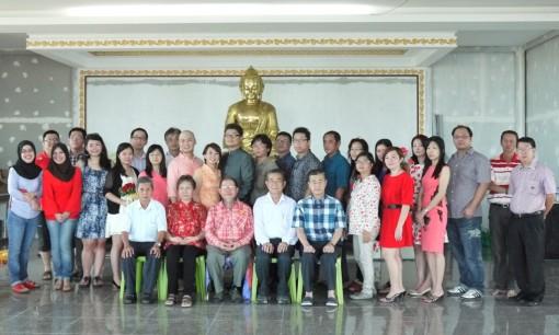 林钰堂上师与新人及家属、亲戚、朋友及佛友们合影。